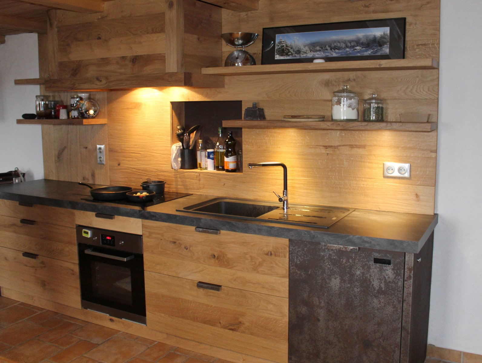 Кухня из массива с бетоном