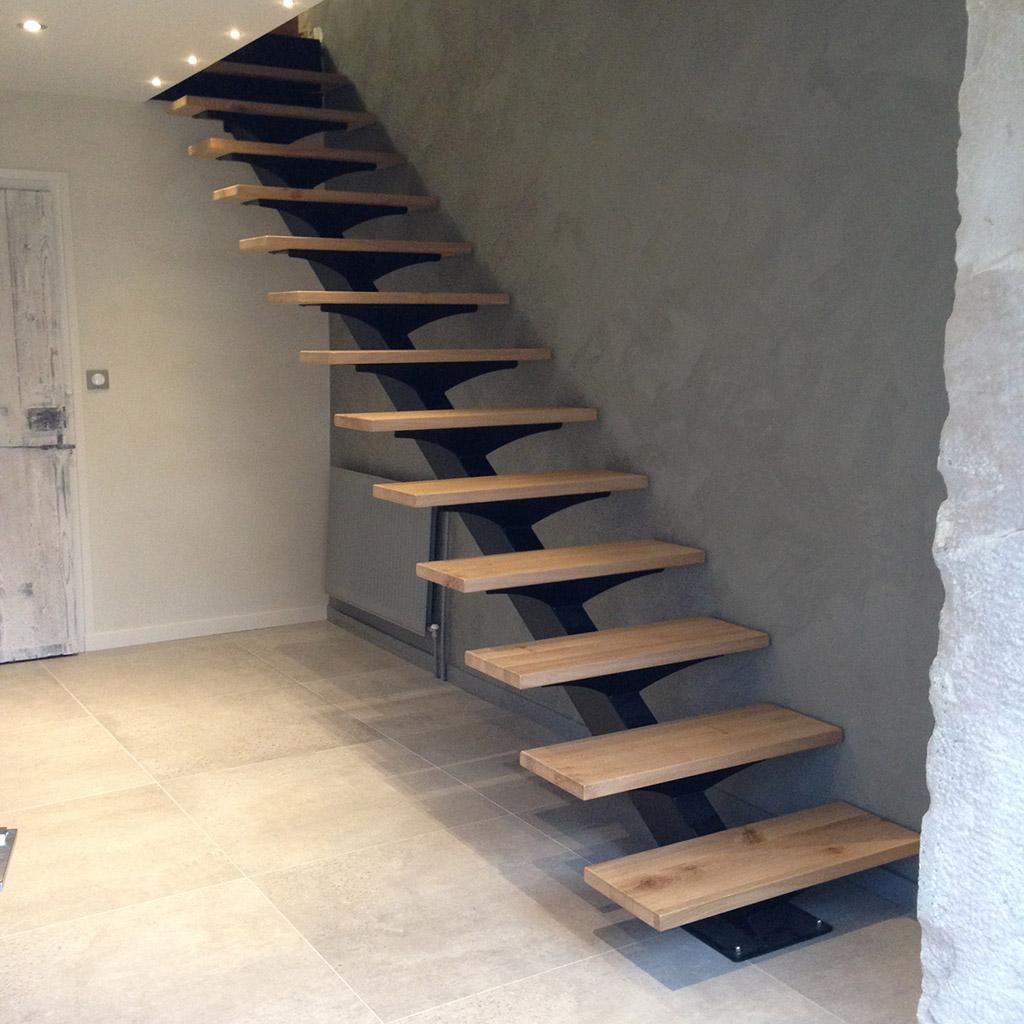 Лестница на второй этаж в доме на металлическом каркасе без перил