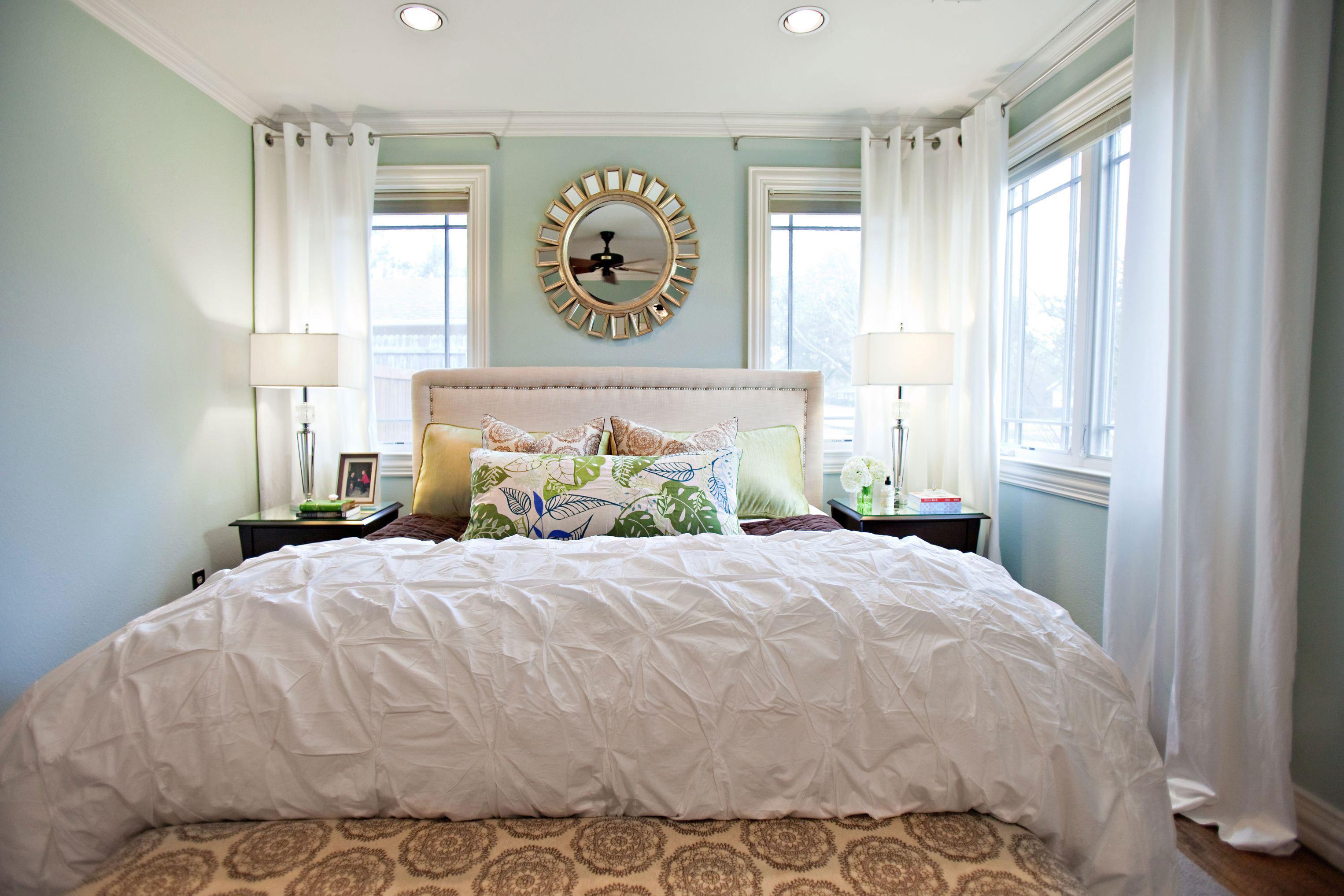 Бирюзовый дизайн узкой спальни