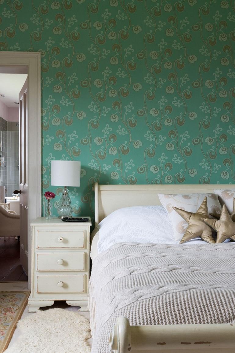 Расстановка мебели в спальне бирюзовой