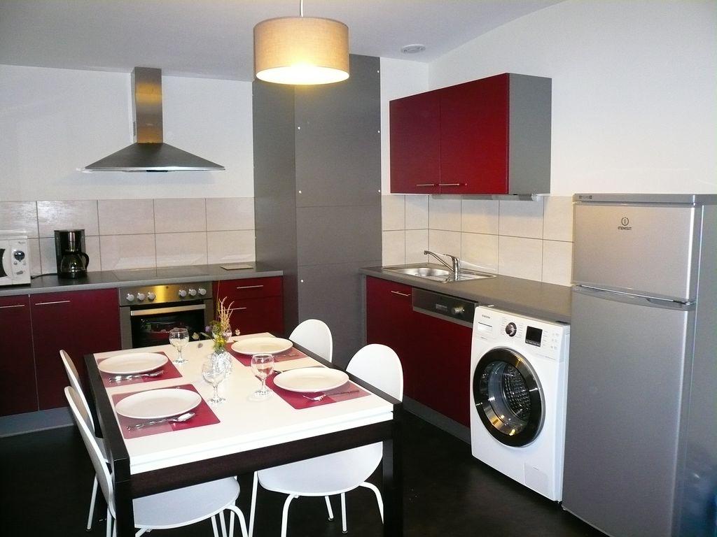 Стиральная машина на бордовой кухне