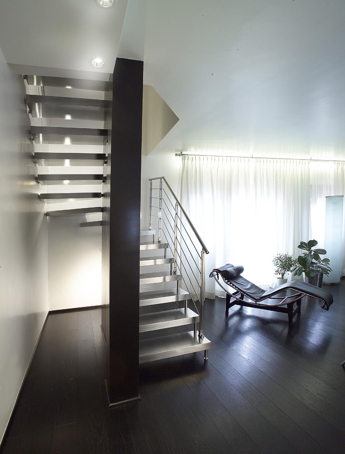 Лестница на больцах в частном доме