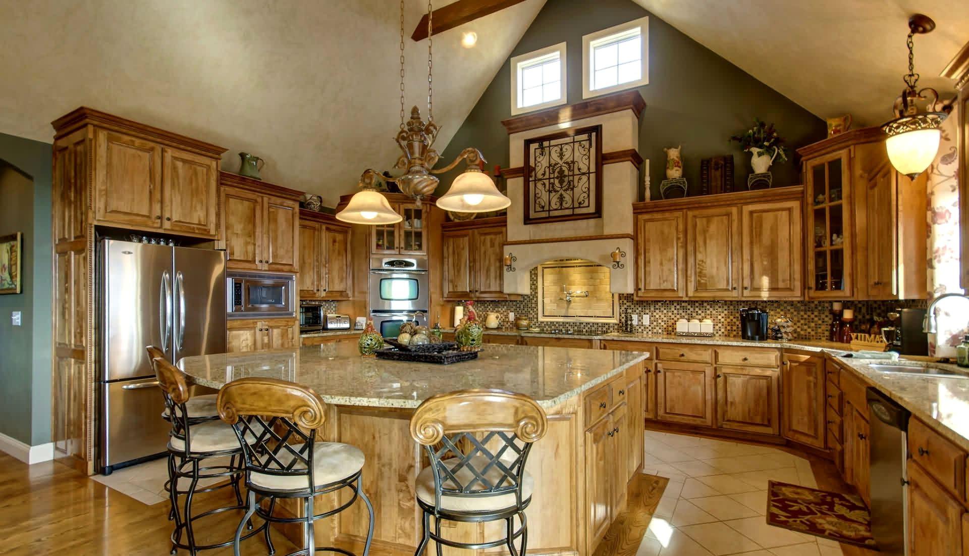 Кухня из массива дерева в частном доме