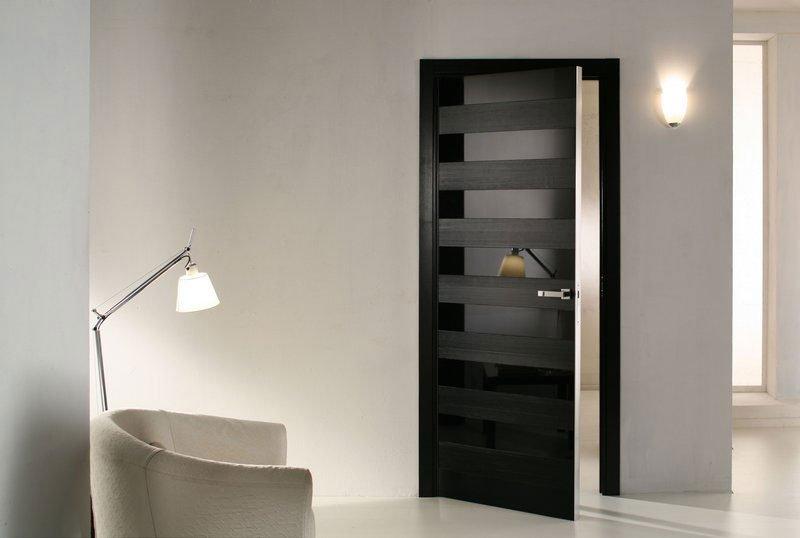 Черная входная дверь с зеркальными полосами