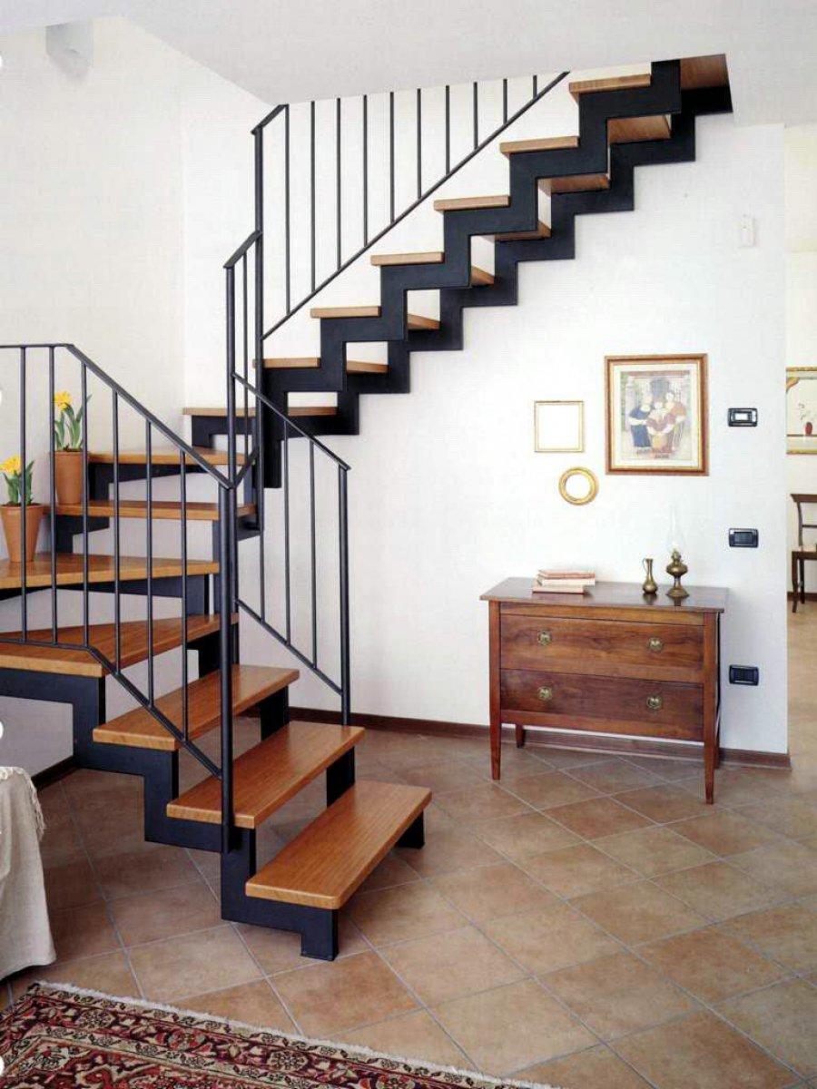Черная лестница на металлическом каркасе