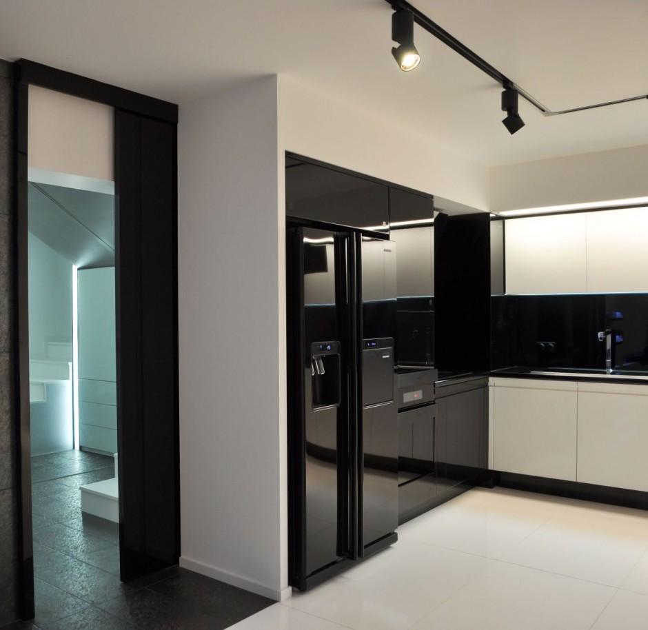 Черный двухдверный холодильник