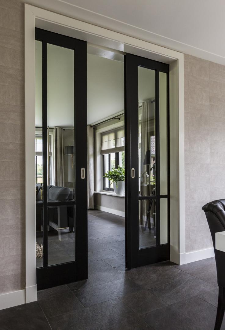 Межкомнатная дверь со стеклом черная раздвижная