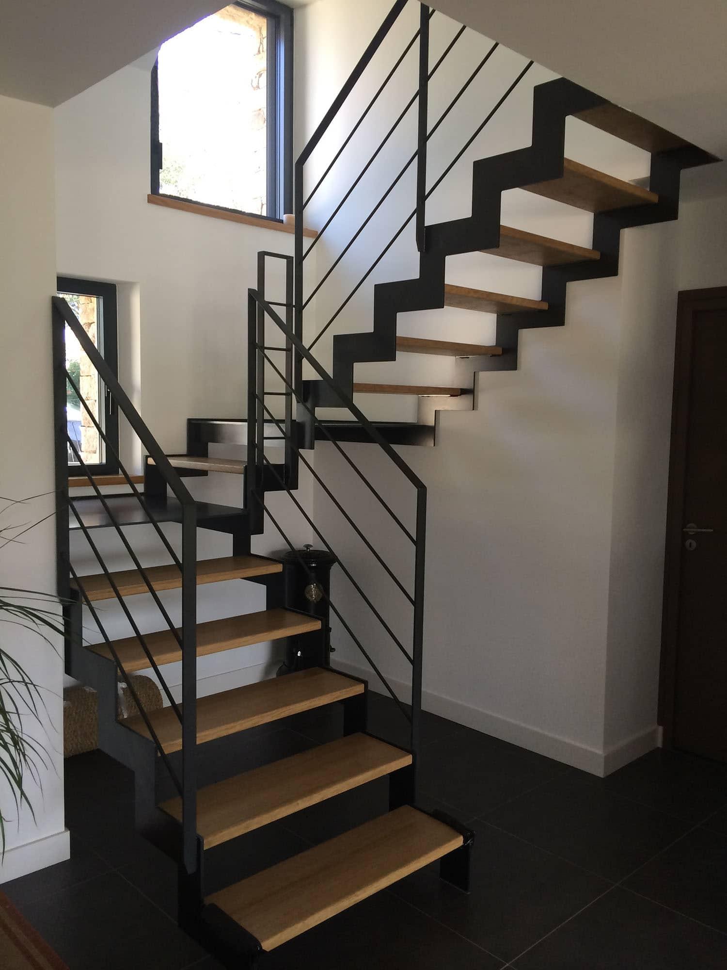 Лестница на второй этаж в доме на металлическом каркасе черная