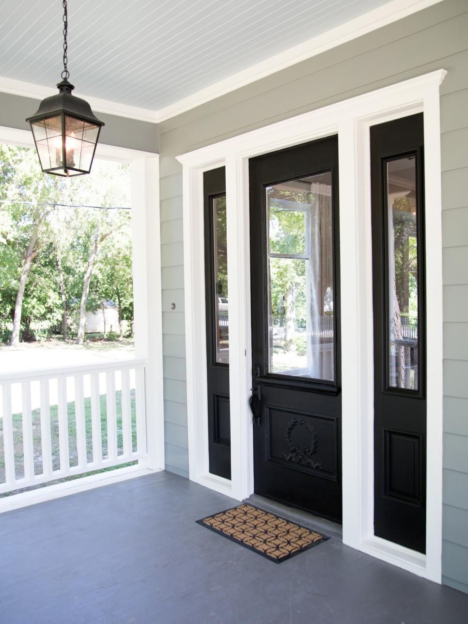 Входная дверь со вставками из стекла
