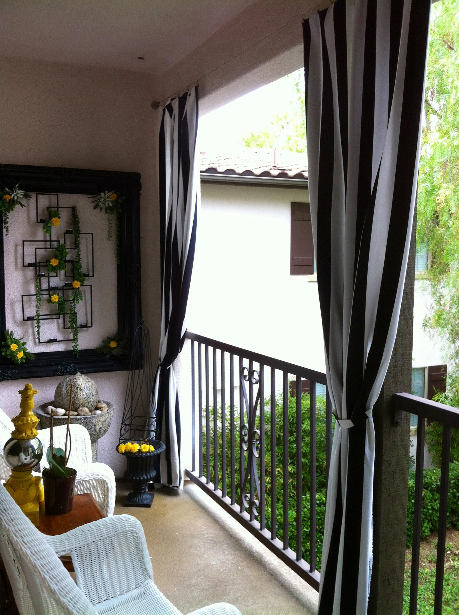Черно-белые шторы на открытом балконе