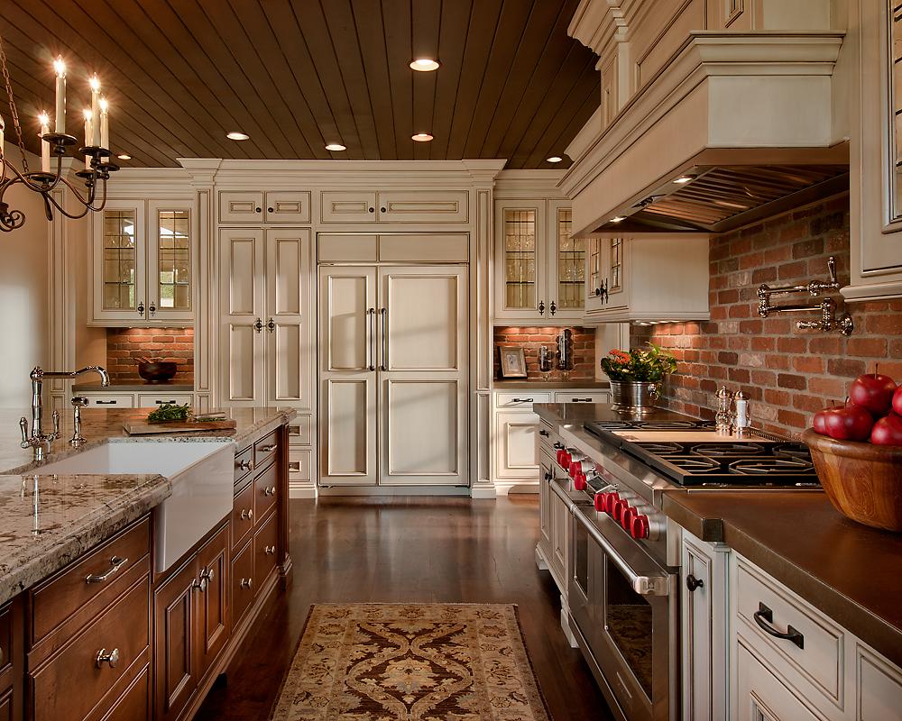Кирпич в классическом интерьере кухни