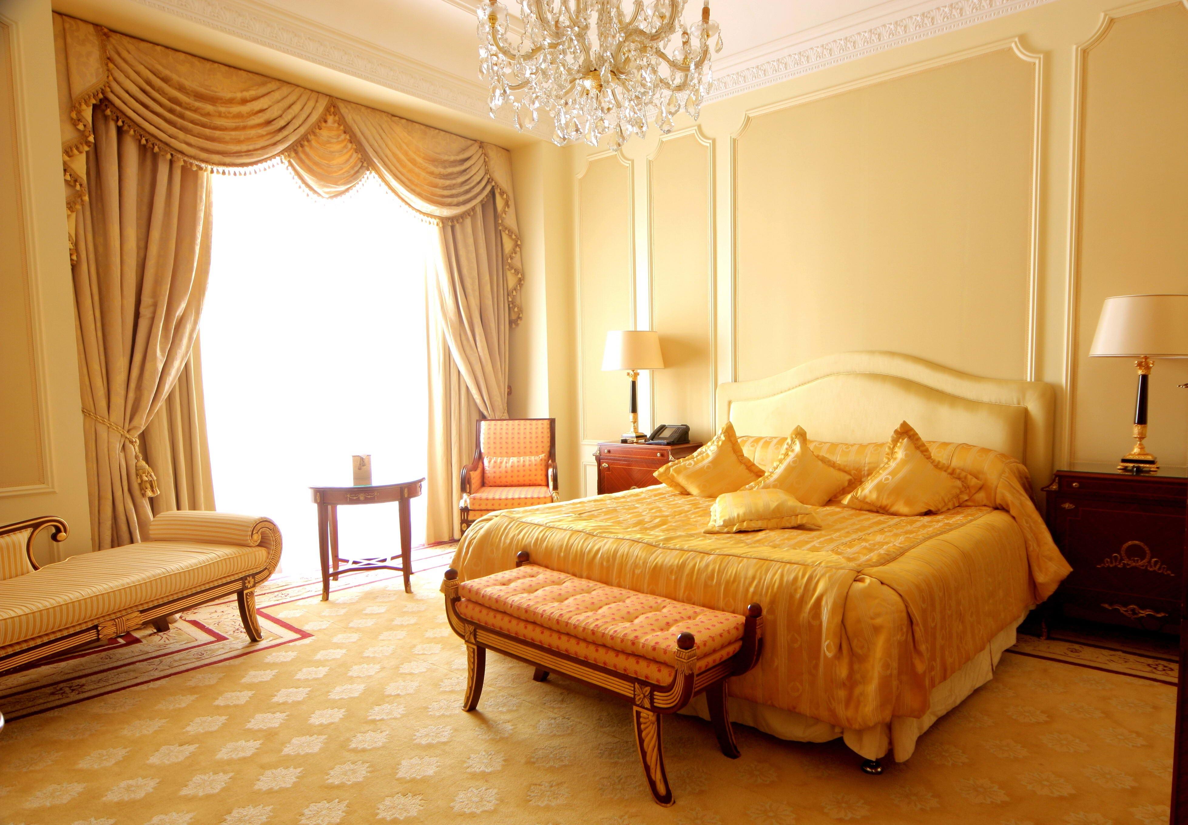Водяной матрас в классическом интерьере спальни