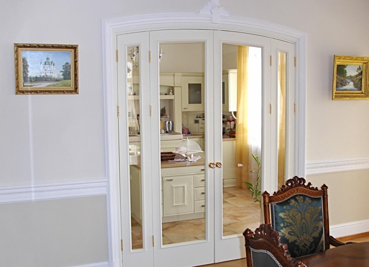 Дверь со стеклом в классическом стиле