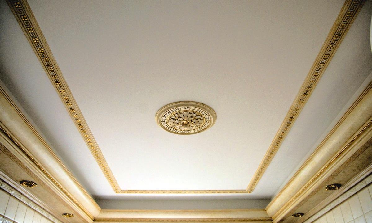 Побелка потолка для классического интерьера