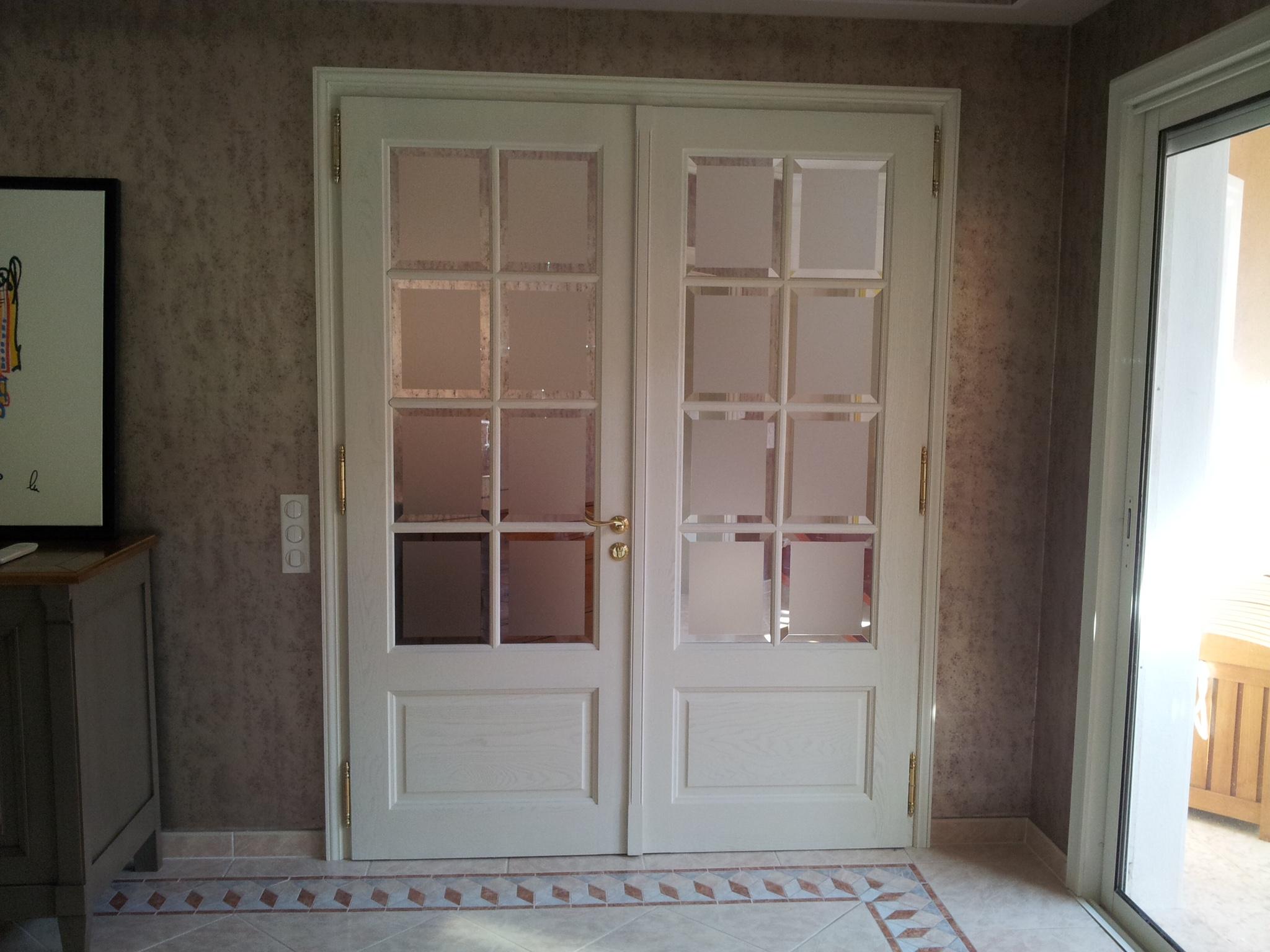 Межкомнатная дверь со стеклом классическая