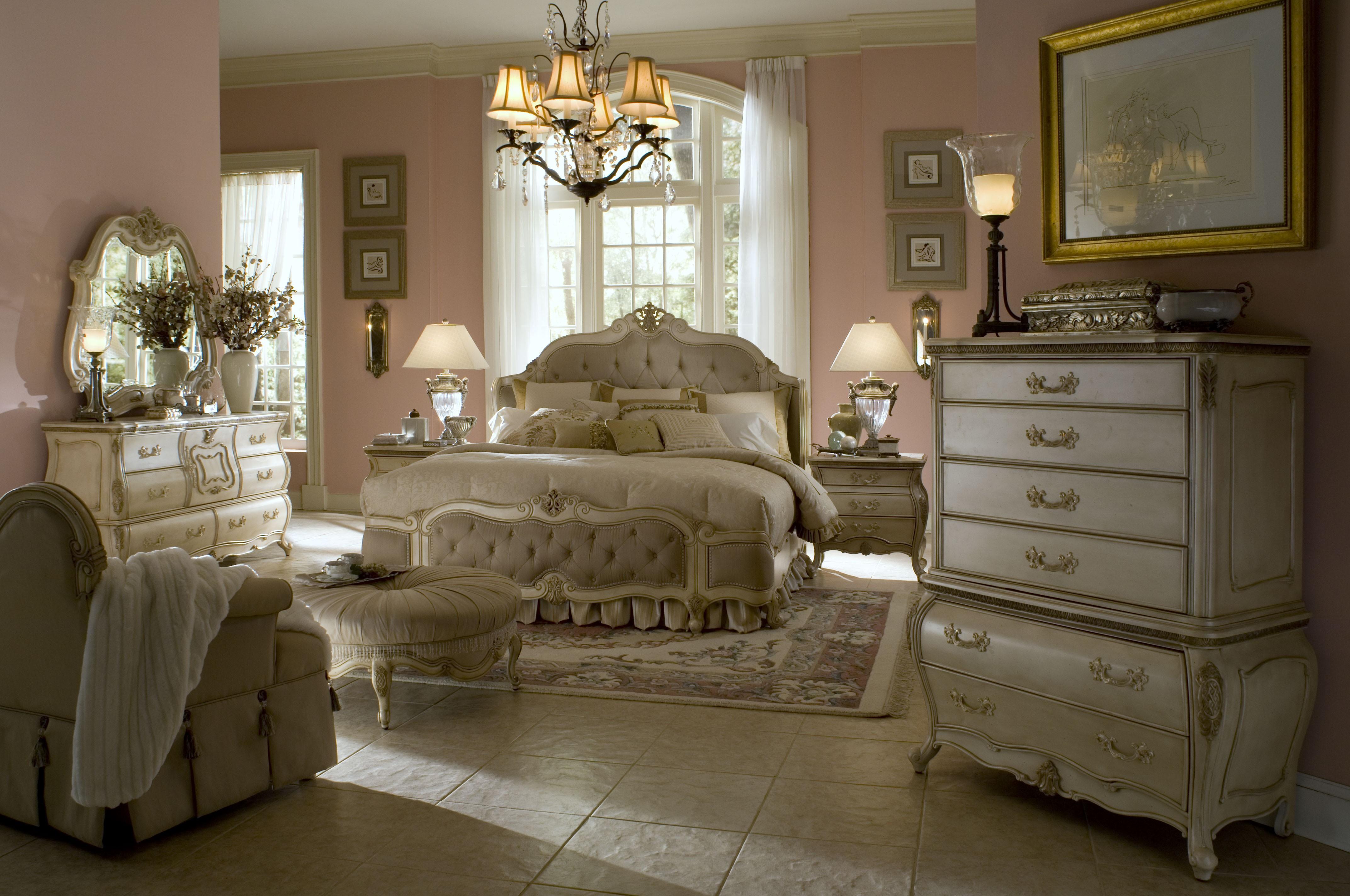 Кровать изголовьем к окну в классическом стиле