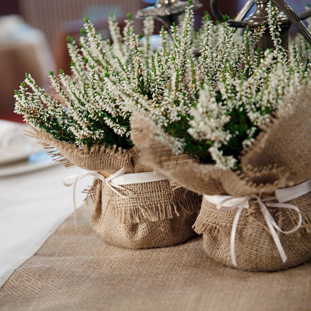 Декор цветов мешковиной