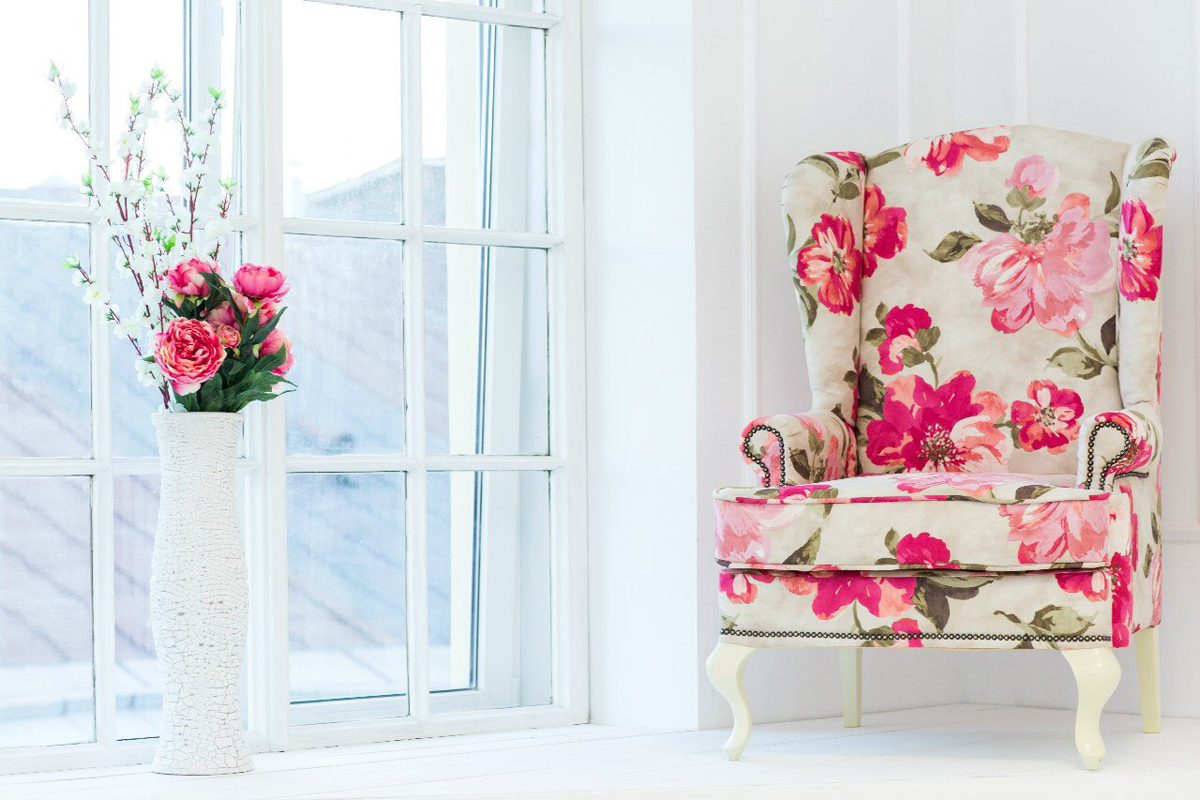 Цветы на обивке кресла