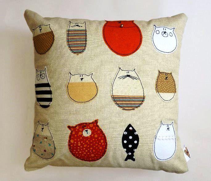 Декоративная подушка из мешковины с котиками