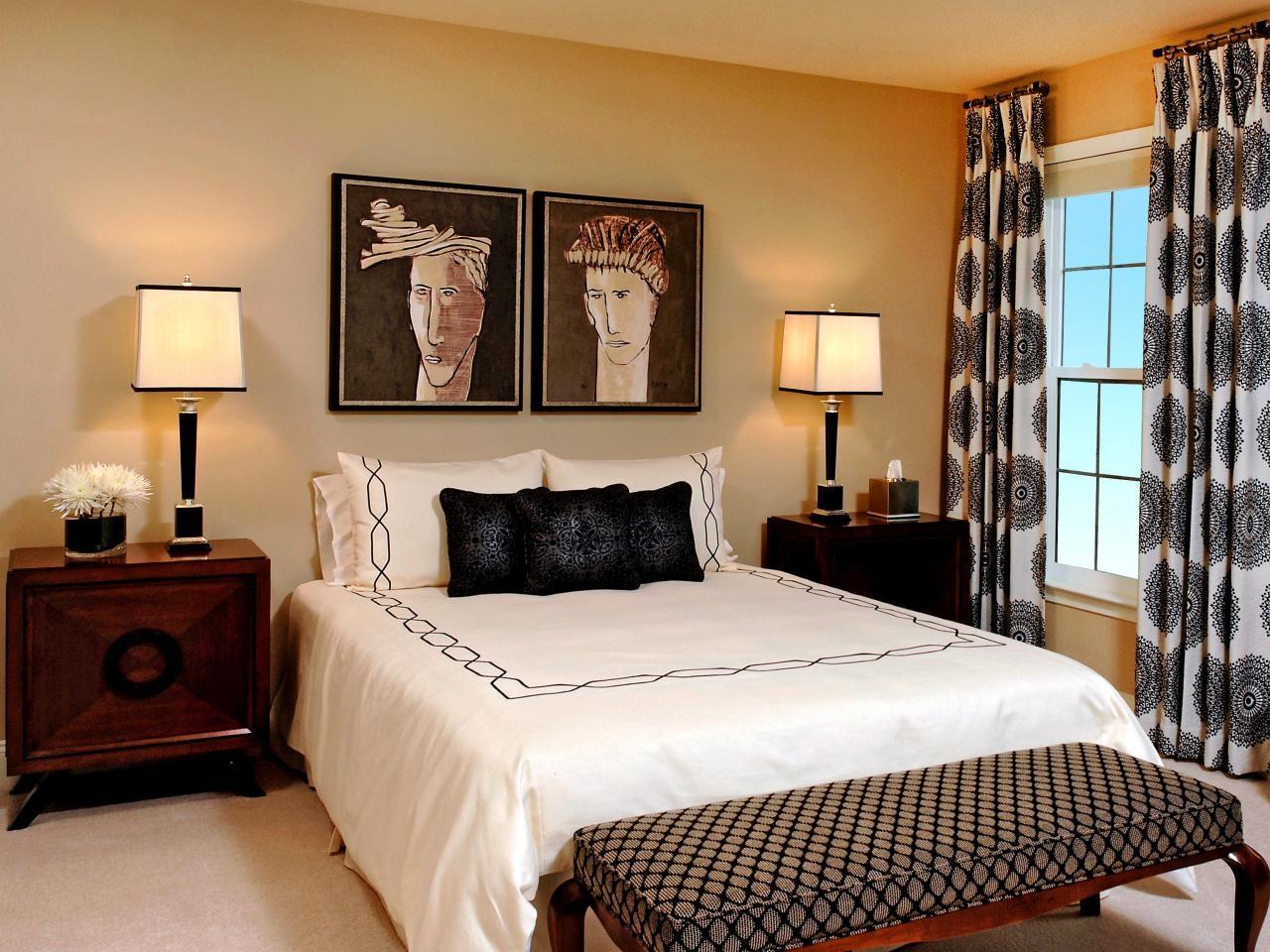 Кровать изголовьем к окну с декором