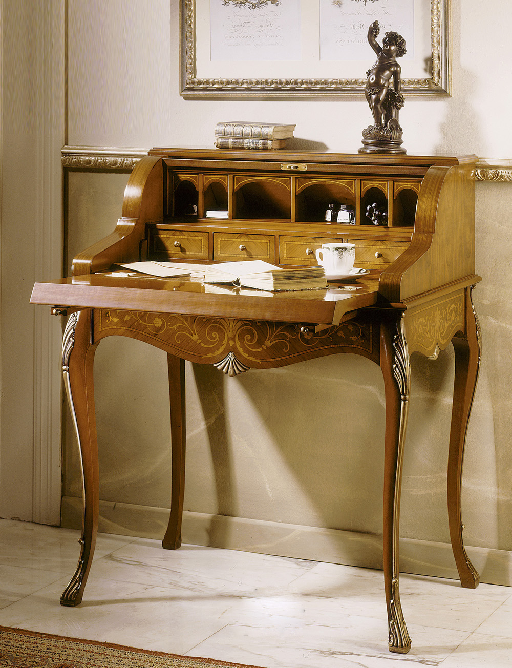 Стол-бюро с декором