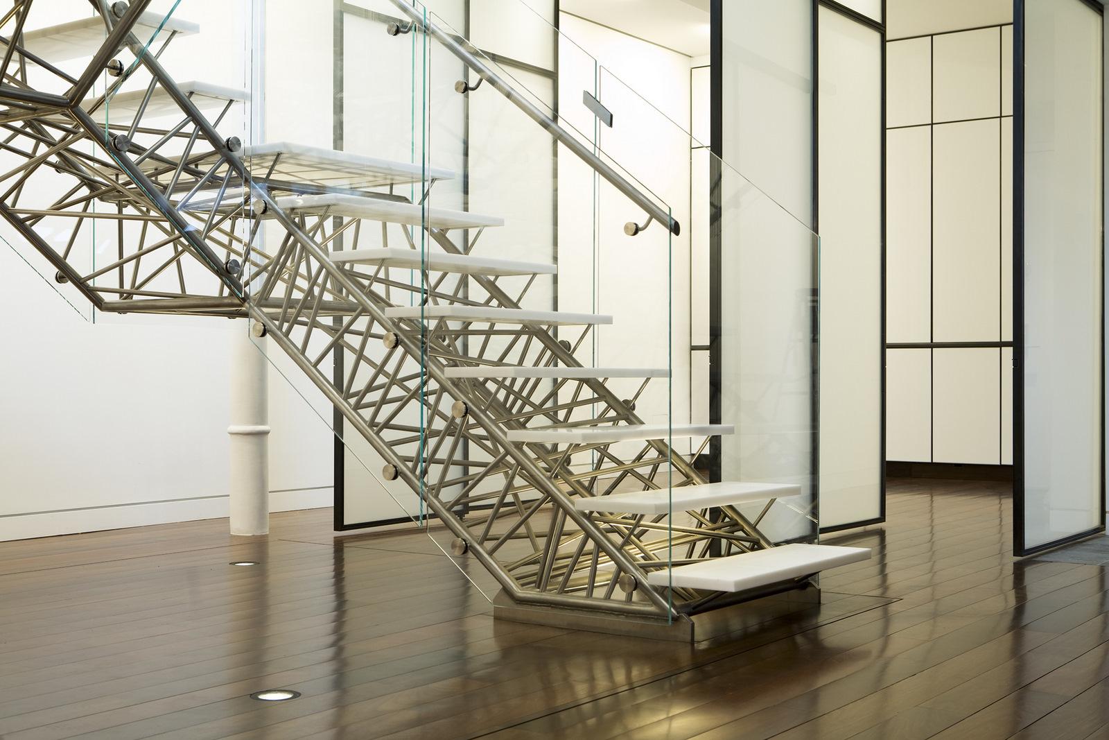 Декор из металла на каркасе лестницы