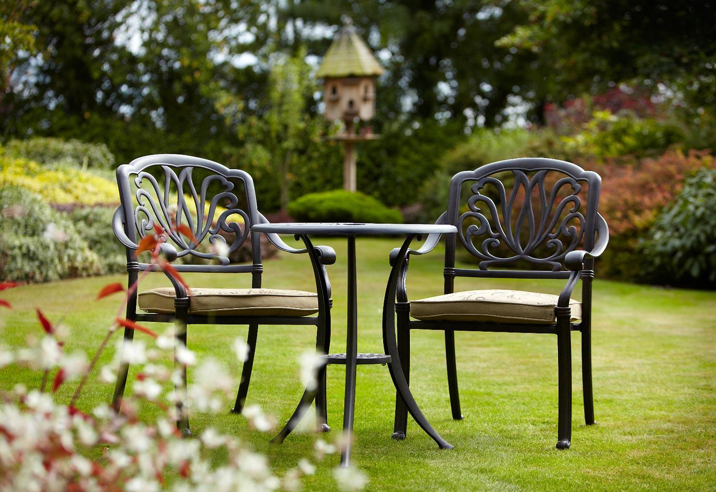Садовые стулья с декором