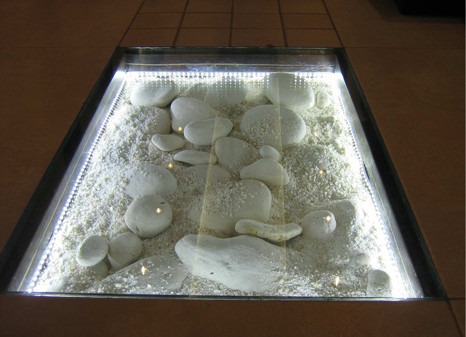 Декор под стеклянным полом