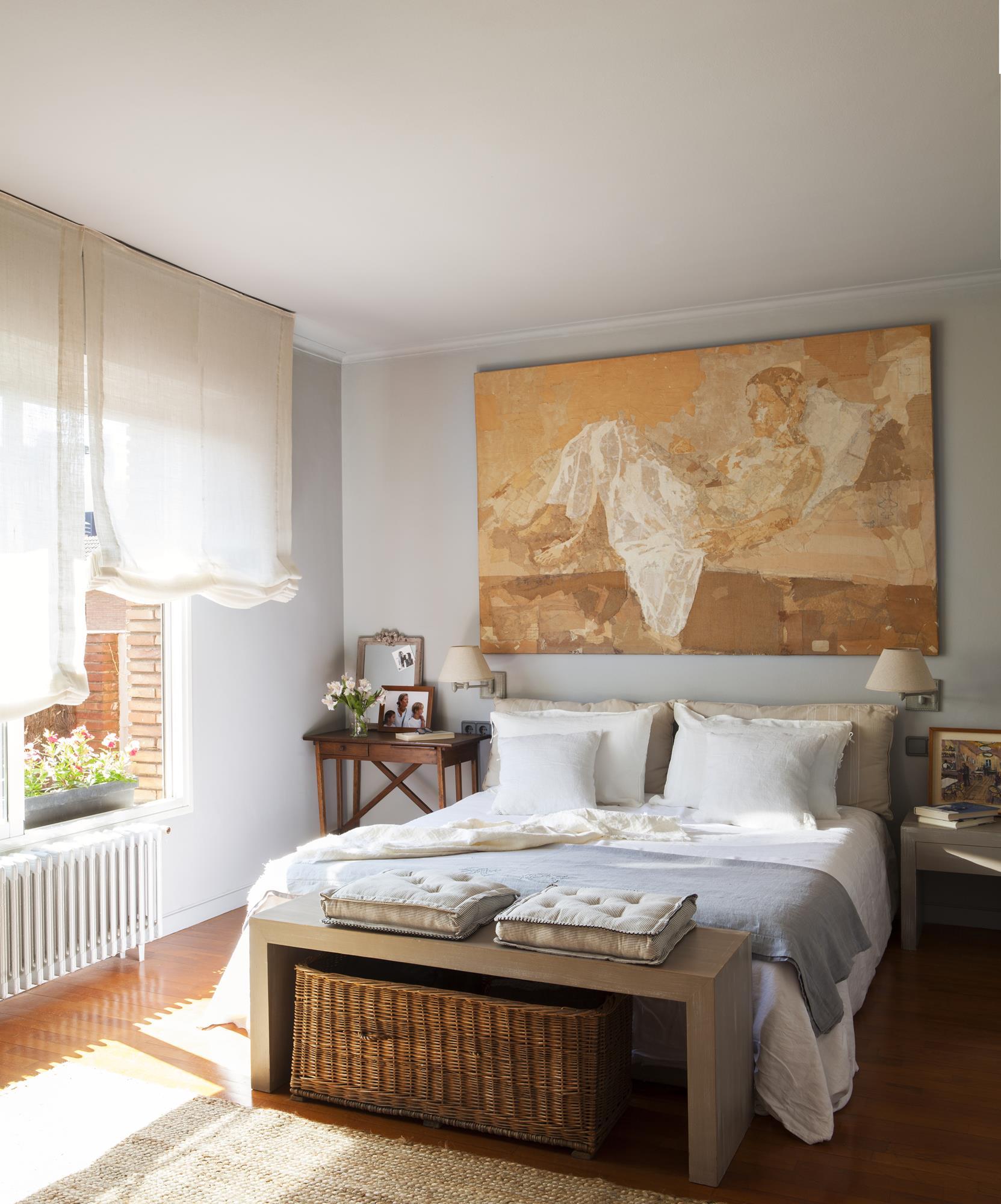 Расстановка мебели в спальне с декором