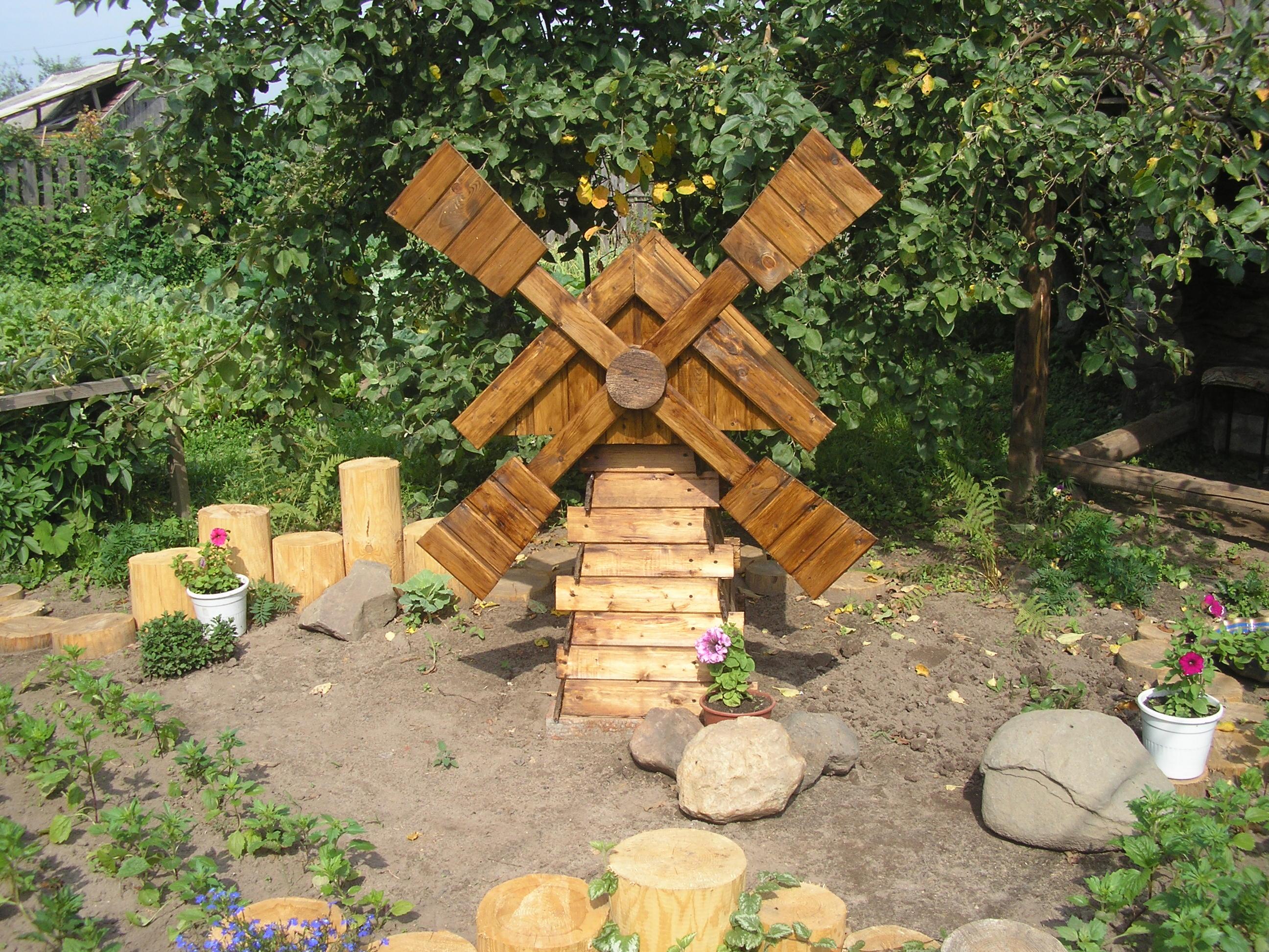 Декоративная мельница из дерева в саду