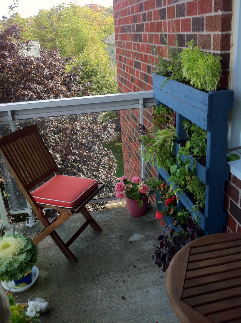 Деревянное кашпо для цветов на балконе