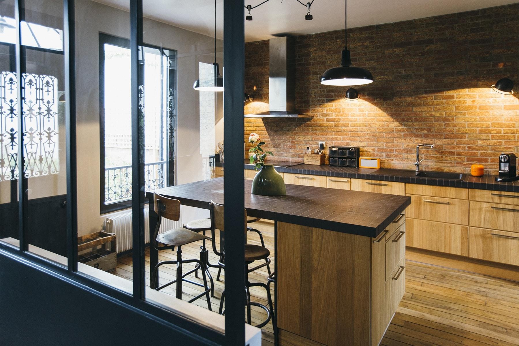 Деревянная кухня под кирпич