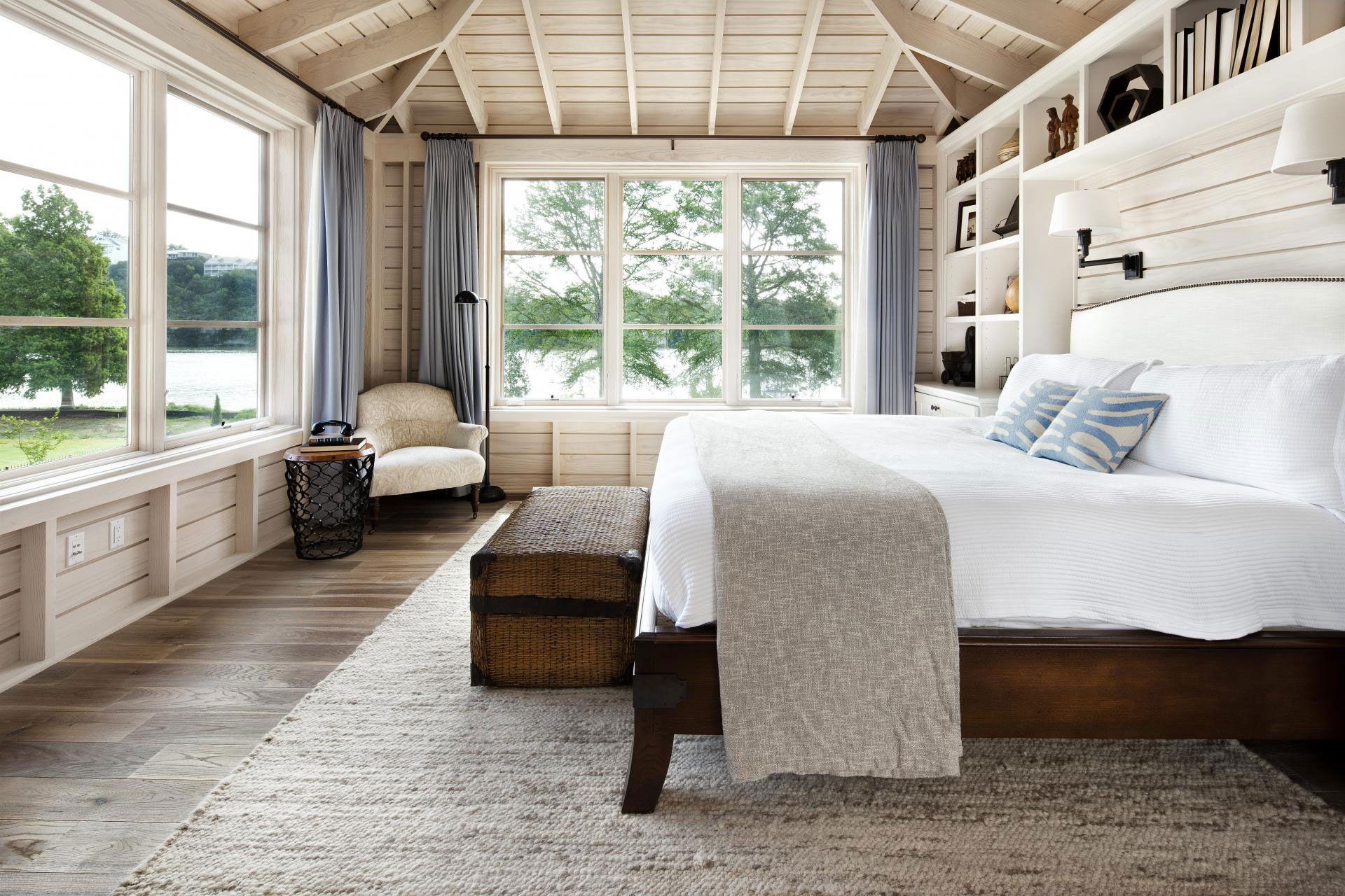 Кровать изголовьем к окну в деревенском стиле