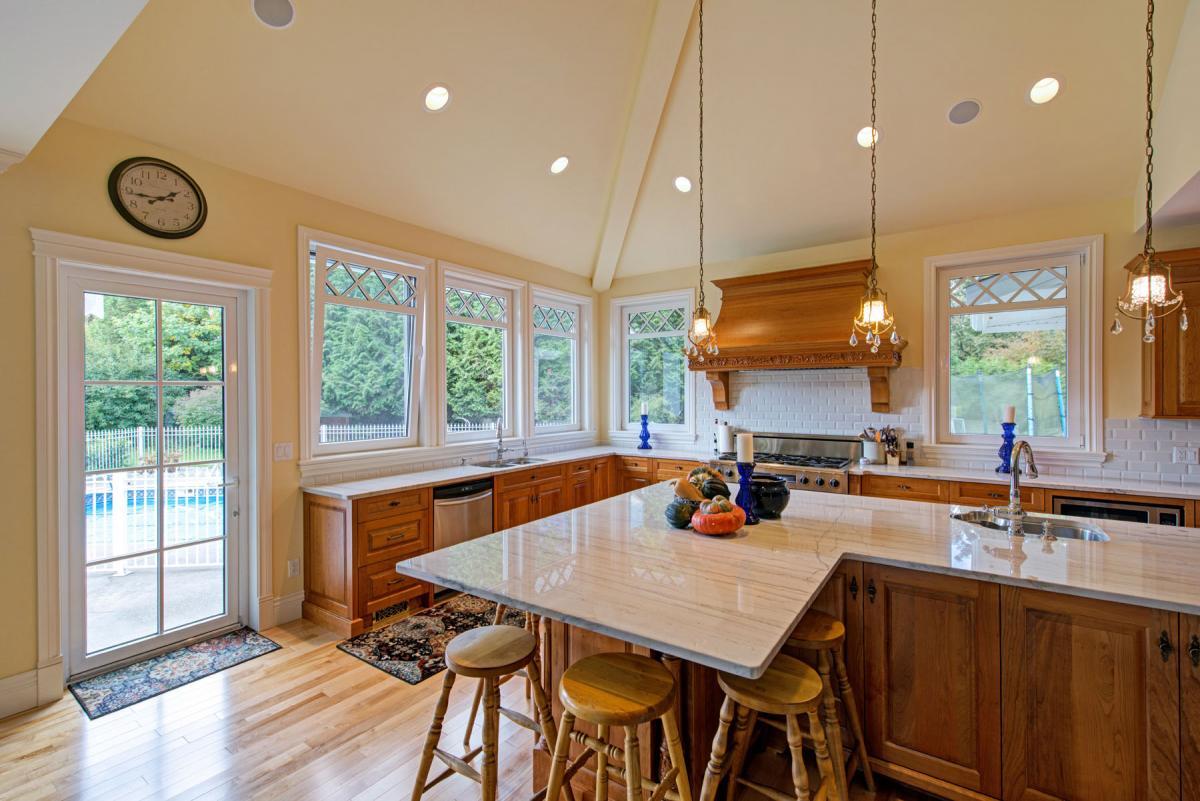 Кухонный гарнитур из дерева без навесных шкафов