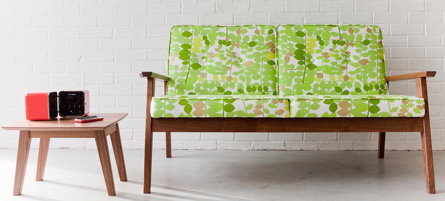 Диван на деревянном каркасе с текстильными подушками