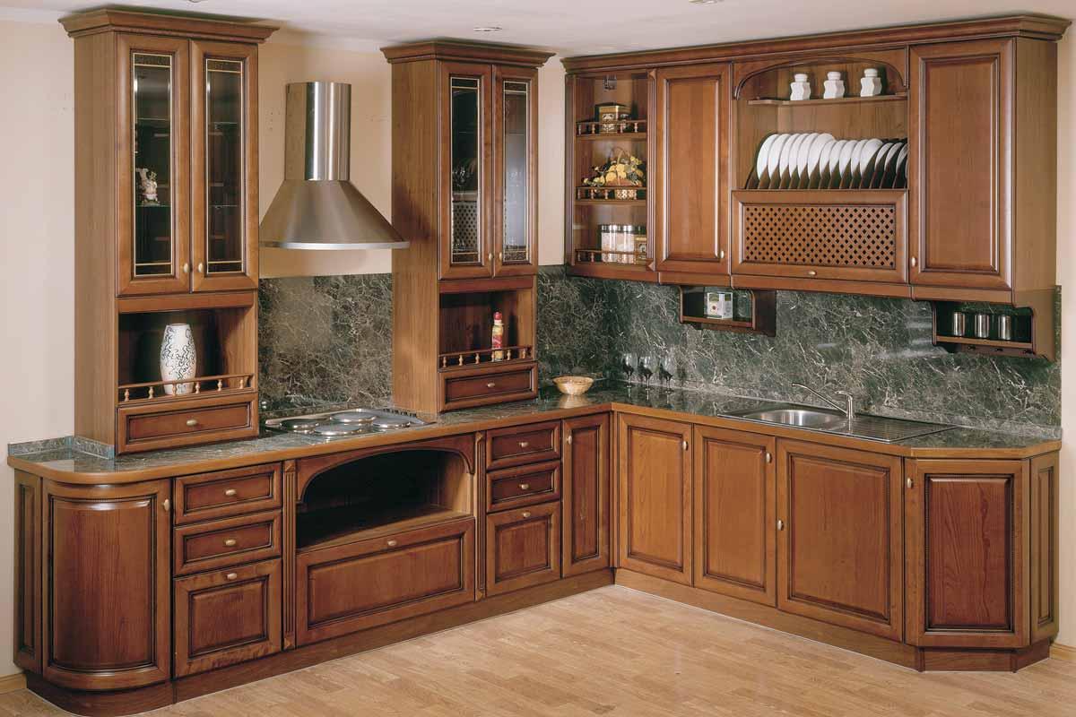 Деревянный кухонный гарнитур в классическом стиле