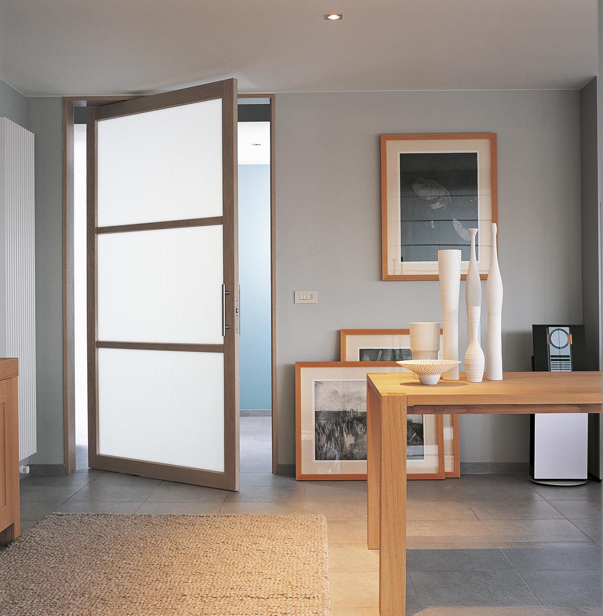 Межкомнатная дверь со стеклом деревянная
