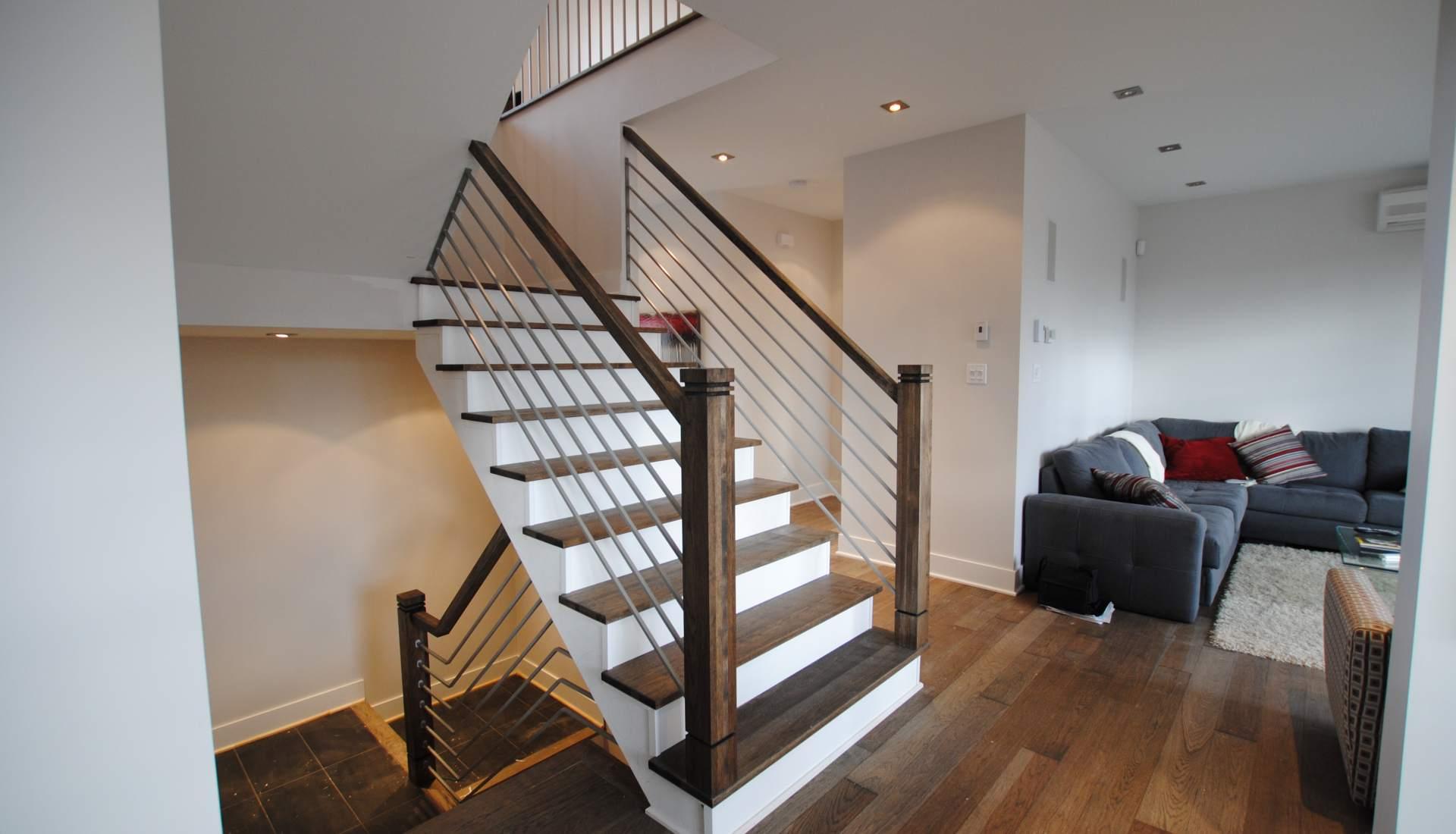 Лестница на второй этаж в доме на металлическом каркасе с деревом