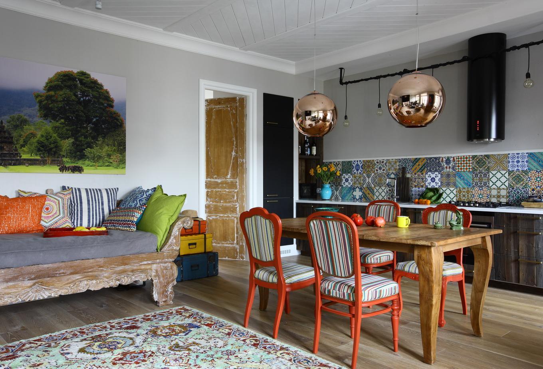 Антикварный диван в современном интерьере