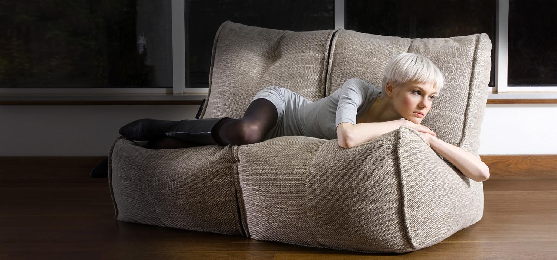Серый бескаркасный диван