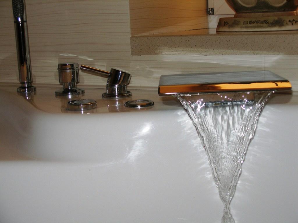 Необычный дизайн каскадного смесителя