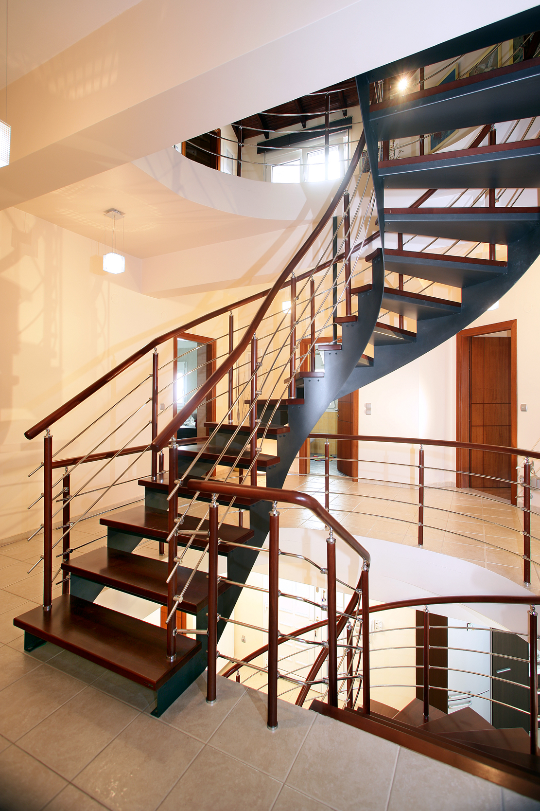 Лестница на металлическом каркасе в интерьере дома