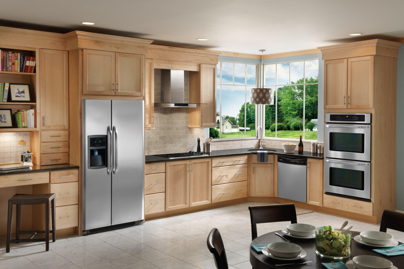 Двухдверный холодильник на кухне загородного дома