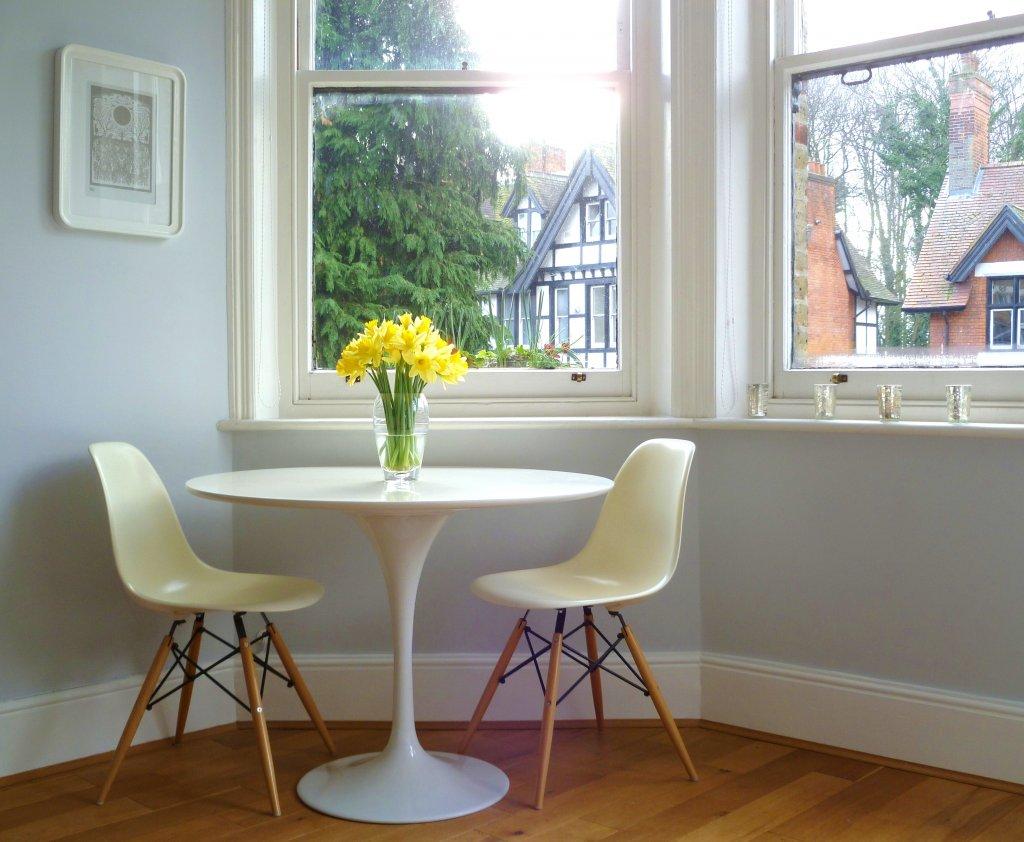 Глянцевый стол в интерьере дома