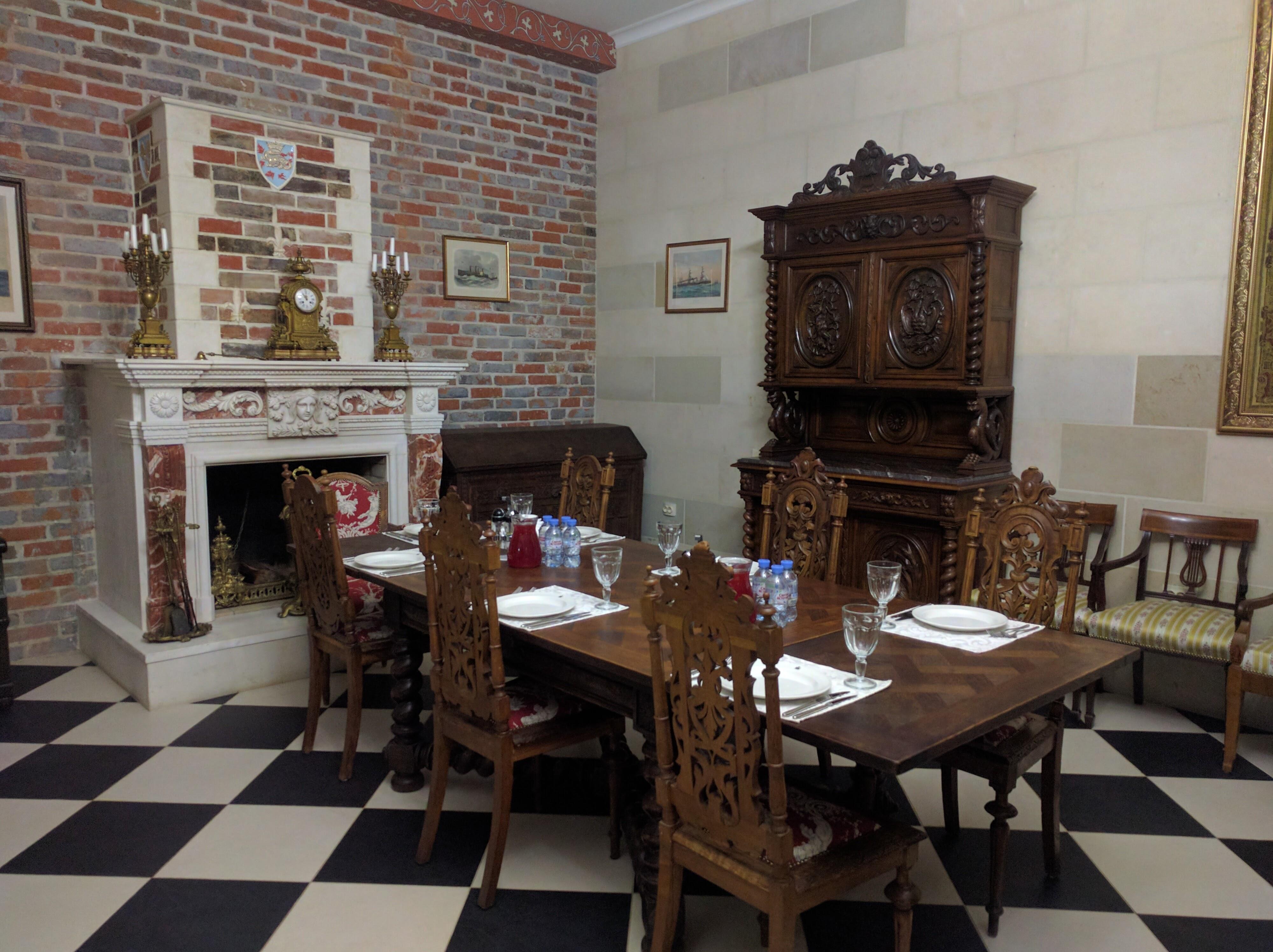 Антикварная мебель в доме