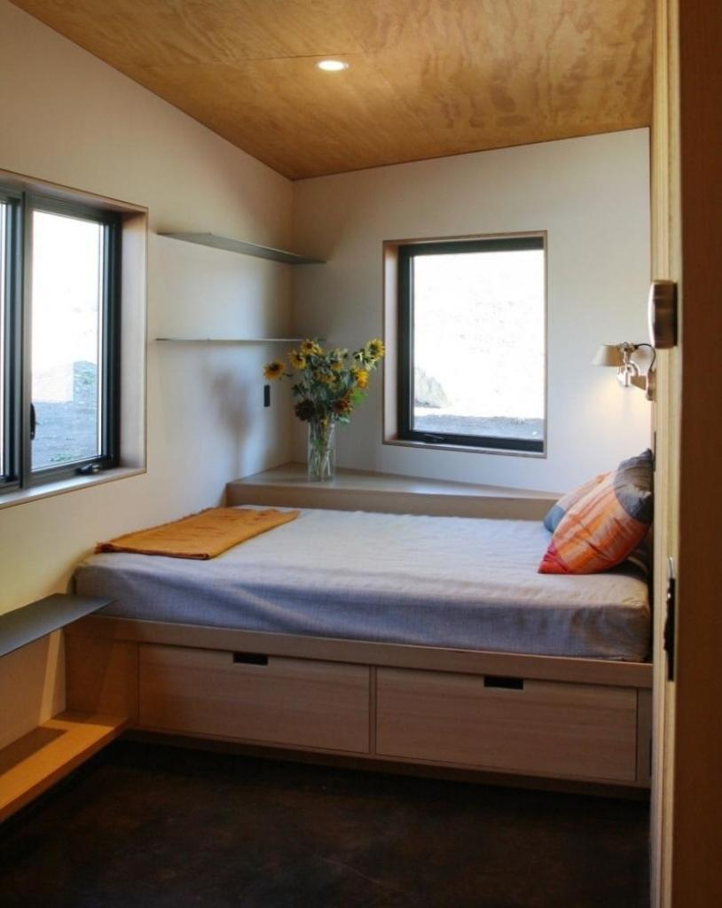 Дизайн узкой спальни в доме