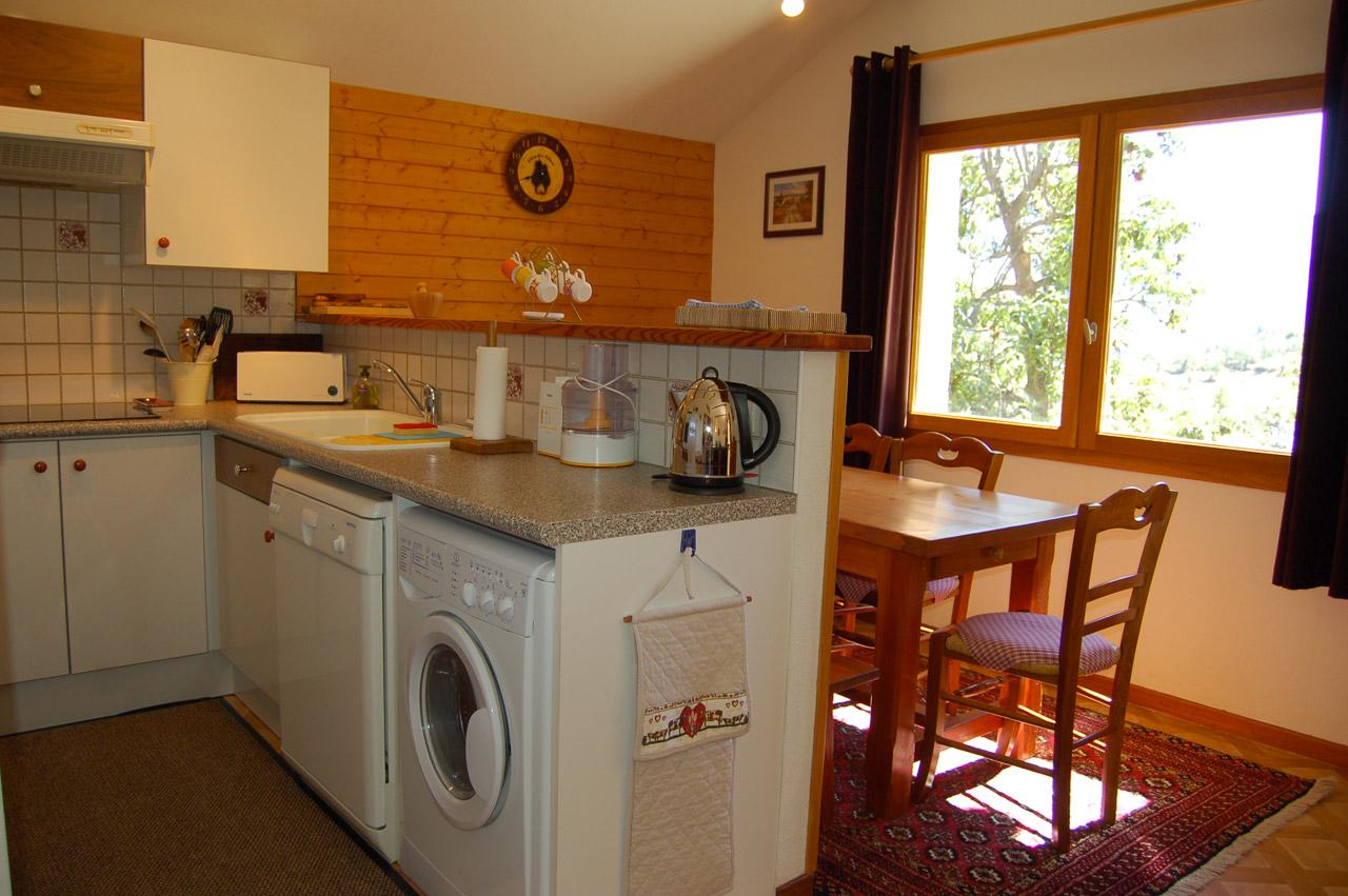 Стиральная машина на кухне в доме