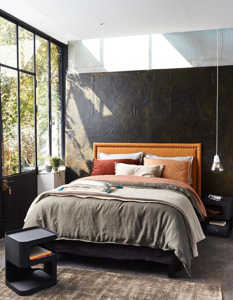 Кровать изголовьем к окну в доме