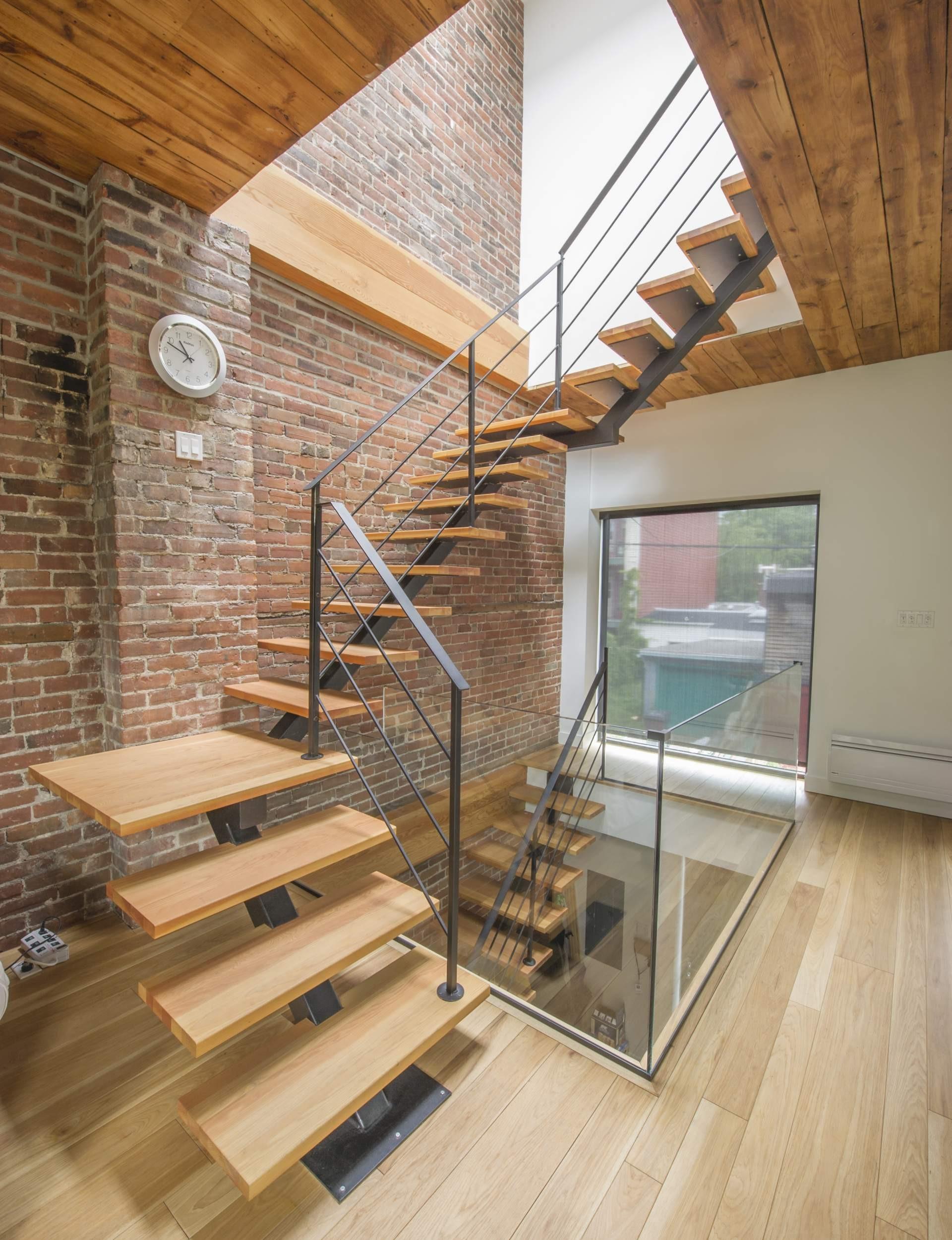 Лестница на второй этаж в доме на металлическом каркасе