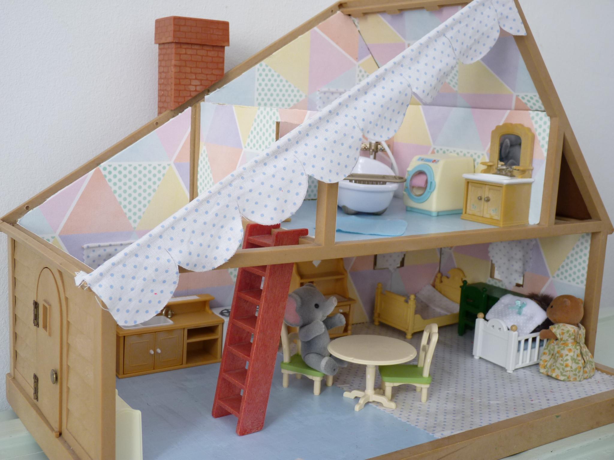 Использование остатков обоев для кукольного домика